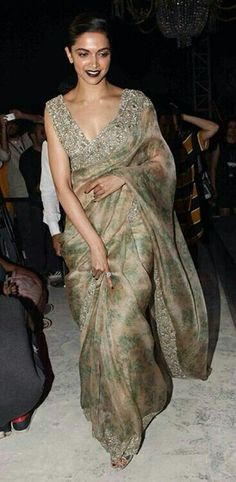 Need to know about the best Modern Saree including things like Classic Saree also Latest Elegant Sari Blouse if so then Click visit link above to read Sabyasachi Sarees, Indian Sarees, Bollywood Saree, India Fashion, Ethnic Fashion, Indian Attire, Indian Wear, Indian Dresses, Indian Outfits