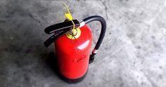 Você sabe para que serve cada tipo de extintor?  Você sabia que existem vários tipos de extintores? E que cada um deles tem uma aplicação correta de acordo com as classes de incêndio? Até pouco tempo eu não sabia para que servia cada um. Nisso fazendo um projeto de um canteiro de obras tive que dimensionar diversos itens de Segurança do Trabalho exigidos pela NR18  que regulamenta as condições e meio ambiente de trabalho na indústria da construção civil  inclusive os extintores.  Então…