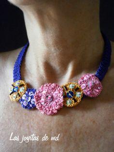 Collar corto. Lentejuelas, bolitas y canutillos de cristal; todo cosido sobre rosetas de croché realizadas en diferentes tamaños y colores.