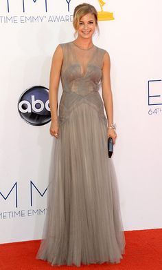 Revenge's leading lady looked lovely in a dove gray J. Mendel dress. A statement diamond bracelet shaped into a bow added glitz to her soft look.
