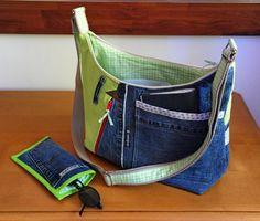 Ce sac est une pièce unique réalisé de mes mains.  sac bandoulière en jean's recyclé, lin vert et coton. Doublé en coton vichy blanc et vert.    sur le devant: une poche - 17868263