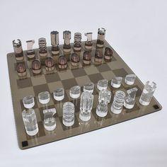Jogo de xadrez com peças em acrílico translúcido e fumê..