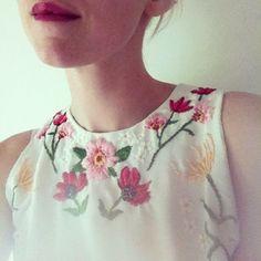 일반옷에 수놓은 자수 모음. : 네이버 블로그 Embroidery Fashion, Embroidery Dress, Embroidery Stitches, Embroidery Patterns, Hand Embroidery, Machine Embroidery, Floral Embroidery, Mexican Embroidery, Chanel Couture