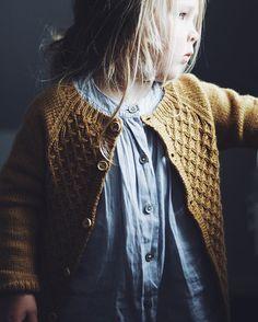 • Hun er den fineste, jeg kender • Carls Cardigan i brug • #skønnevigga #carlscardigan @petiteknit #strik #knit #knitforkids #hjemmestrik #viggasstrik #teststrik #engleuld