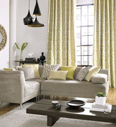 Dobles cortinas y cojines a juego en amarillo - Villalba Interiorismo