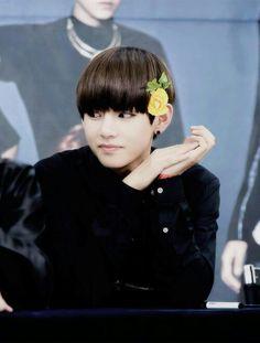 Taehyung (-.- y u so pretty?!?!)