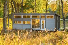 If you've been wanting to see an ESCAPE Tiny House on Wheels in person the Traveler XL model is heading to Los Angeles for a free show. Breaking News: Traveler XL is heading to the Los Angele… Tyni House, Tiny House Living, Tiny House Plans, Tiny House On Wheels, Tiny Houses For Sale, Little Houses, Tiny House France, Location Chalet, Luxury Cabin