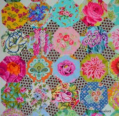 So simple but stunning! Circle Quilts, Hexagon Quilt, Square Quilt, Easy Quilts, Scrappy Quilts, Mini Quilts, Snowball Quilts, Amy Butler Fabric, Polka Dot Quilts