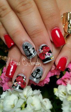 Uñas de acrílico rojas.