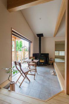 家族との時間を育む「間」がある家/玄関ポーチにひらく「土間」はお施主様ならでは。中でも外でもないこの空間、地域の方たちとのコミュニケーションの場として、リビングの延長として、外作業の場として、お子様の遊び場として…使い方は無限大ですね。 _ #木の家 #木の家専門店 #自然素材 #自然素材の家 #注文住宅 #新築 #マイホーム #新潟の家 #暮らし #薪ストーブ #玄関 #土間 #冬 #薪ストーブのある暮らし #家づくり #stove #entrance #living #myhome #niigata