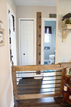 Rolling baby/dog gate @ Vintage Home Love (door crafts baby gates) Diy Dog Gate, Barn Door Baby Gate, Diy Baby Gate, Pet Gate, Baby Gates, Wood Baby Gate, Indoor Gates, Indoor Dog Fence, Home Renovation