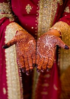 10 Best Gujarati Mehndi Designs : With so many designs available you might get confused, so we got some handpicked gujarati mehndi designs for hands that you can try.