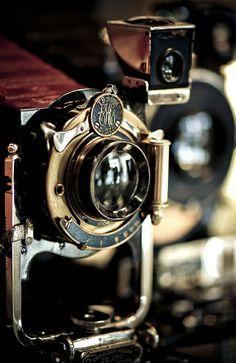 Vintage Kodak Kameras von Simon Bolyn, via - Photography Camera, Vintage Photography, Photography Tips, Creative Photography, Classy Photography, Scenery Photography, Antique Cameras, Vintage Cameras, Camera Obscura