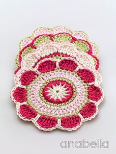 ¡Hola a todas!   ¿Quieres poner flores en tu mesa ? Os dejo un sencillo y alegre motivo de ganchillo  que puede ser usado como posavasos  y ...