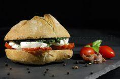 """Panino con mozzarella di bufala, pomodoro Pachino """"costoluto"""" disidratato, puntarelle saltate ed emulsione di acciughe"""