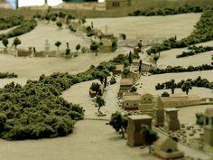 Via Augusta de Tarraco.    Era bastante frecuente encontrar algunos enterramientos a los lados de la calzada.  Entrada norte.   Maqueta.