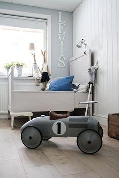 A simple and retro kid's room. Baby Decor, Kids Decor, Deco Kids, Vintage Room, Vintage Kids, Retro Vintage, Kid Spaces, Boy Room, Kids Bedroom