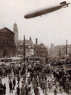 De Graf Zeppelin boven (above) Rotterdam, 1932.