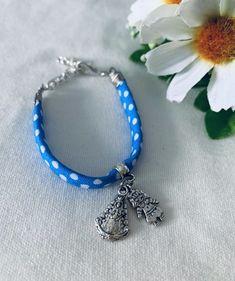 Pulsera infantil Virgen del Rocío. Hecho a mano. Materiales: acero y tela. 2,99€ #virgendelrocio #souvenirs #pulseras #pulserasinfantiles #regalos Tela, Branding, Steel, Blue Nails, Presents