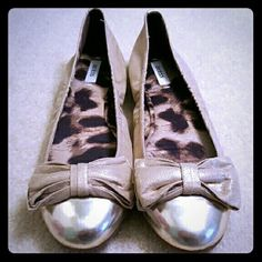 Guess Gold Bowl Flats Size 9 These cute gold flats have bow details and animal print lining. Only worn a few times so they are in very good condition. Size 9. Guess Shoes Flats & Loafers