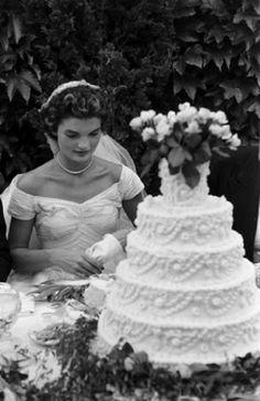 Torte nuziali: le wedding cake vintage delle star di Hollywood acqueline Lee Bouvier e John Fitzgerald Kennedy - 12 Settembre 1953