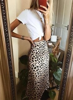 Leopard midi skirt outfit for summer - Fashion + Friends - Shoes Instagram Outfits, Instagram Mode, Look Fashion, Skirt Fashion, Fashion Beauty, Fashion Outfits, Fashion Trends, Denim Outfits, Trending Fashion