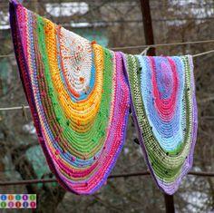 Free photo tutorial for beautiful rugs made from t-shirts and yarn Вязаный коврик из остатков пряжи и футболок