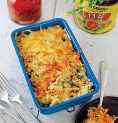 O arroz de forno com frango e legumes tem o charme extra de ser servido na marmita (Foto: Rogério Voltan/Editora Globo)