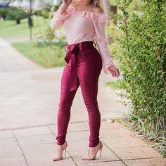 La imagen puede contener: una o varias personas, personas de pie, calzado y exterior Fashion Moda, Fashion Pants, Fashion Outfits, Womens Fashion, Sophisticated Outfits, Dress Clothes For Women, Edgy Style, Outfit Goals, Chic Outfits
