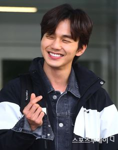 Oh gosh. You have a magnificent smile, boo Yoo Seung Ho, So Ji Sub, Drama Korea, Korean Drama, Incheon, Robot, Kwak Dong Yeon, Handsome Korean Actors, Handsome Guys