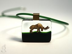 Wood ease – Funny deer pendant with a golden deer on a green bottom made of resin ///// © Isabell Kiefhaber www.geschmeideunterteck.de