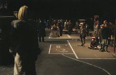 Dogville (2003), diretto da Lars von Trier. Spettacolare ambientazione  claustrofobica su un palcoscenico vuoto dove gli attori si muovono tra edifici e strade segnati sull'assito come pura planimetria.