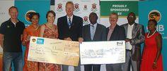 Der Besuch von Global United FC wurde am 12. März in Anwesenheit von Vertretern der namibischen Sponsoren offiziell angekündigt (v.l.n.r.): Gunter von Hundelshausen (Sense of Africa), Ashanti Manneti (Namib Mills), Almut Kronsbein (Gondwana), Harald Hecht (Global United Namibia), Teofelus Nghitila (Umweltministerium), Dixon Norval (FNB Namibia), Kleofas Gaingob (Bürgermeister von Outjo) und Martha Sjifotoka (Nampower).