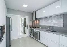 Image result for granito itaunas, armarios brancos, parede cinza
