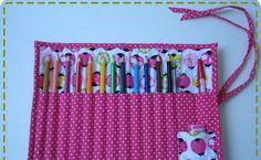 Esse porta-lápis de cor também foi feito no início de abril.   Tem lugar para 12 lápis, uma régua, uma caneta e um apontador.   Aqui nessa ...