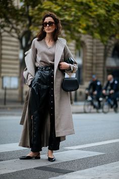 A lesson in layering. Also that Chloé bag The Best Street Style At Paris Fashion Week Best Street Style, Street Style Trends, Spring Street Style, Cool Street Fashion, Street Style Women, Spring Style, Winter Style, Star Fashion, Womens Fashion
