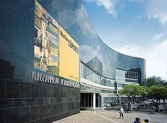 Die drei Häuser K20, K21 und F3 Ein Besuch in der Kunstsammlung Nordrhein-Westfalen ist eine unvergessliche Begegnung mit herausragenden Kunstwerken des 20. und 21. Jahrhunderts. Drei Häuser – K20, K21 und F3 – sind unter einem gemeinsamen 'Dach' vereint:  Für die ständige Präsentation einer der wichtigsten europäischen Sammlungen der Kunst von der Klassischen Moderne bis in die Gegenwart und für international  beachtete Wechselausstellungen sowie als Bühne für Diskussionen und Vorfüh...