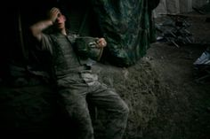 British photographer Tim Hetherington has wonprestigious World Press Photo Contest. His photograph of a US soldier in the Korengal Valley in the Eastern province of Afghanistan beat more than other images submitted. World Press Photo, Iwo Jima, War Photography, Documentary Photography, Street Photography, Landscape Photography, Fashion Photography, Wedding Photography, Photo Awards