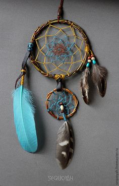 This one is a little odd and different. It is unique in its own. Making Dream Catchers, Dream Catcher Mobile, Collar Indio, Los Dreamcatchers, Mundo Hippie, Southwestern Art, Native American Crafts, Medicine Wheel, Beautiful Dream