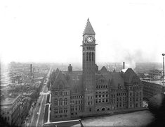 toronto 1900s Toronto City Hall in 1907. The clock mechanism and bells were made in England and shipped to Canada in the 1890s and are still in regular service.