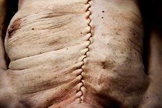 En la autopsia, los cuerpos se abren del hueso pélvico a la clavícula. Todos los órganos se remueven y analizan, incluyendo el cerebro.