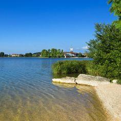 Le village et le lac de l'Abbaye et son lac de l'Abbaye, Parfait  pour la détente ! | Jura France | Crédit Photo : Stéphane Godin/Jura Tourisme | #JuraTourisme #Jura