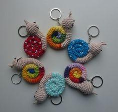 Little snail keychain crochet pattern - DIY und Selbermachen - Rings Crochet Diy, Crochet Snail, Crochet Wool, Crochet Amigurumi, Amigurumi Patterns, Crochet Animals, Knitting Patterns, Crochet Patterns, Beginner Crochet