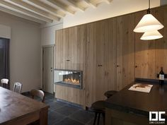 open haard in eiken wand -- DC kitchens | Dirk Cousaert
