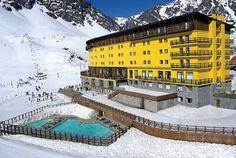 Portillo es el principal y más antiguo centro de esquí tanto de Chile como de América del Sur. Se encuentra ubicado en la Quinta Región de Chile, Valparaiso, en la provincia de Loa Andes, en la Cordillera de los Andes y a 2.860 metros de altitud. Muy prestigioso, Portillo es conocido mundialmente por los esquiadores por poseer excelentes pistas de nieve en polvo con condiciones óptimas para esquiar y practicar snowboard