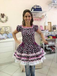 vestido de adulto festa junina - Pesquisa Google Lolita Fashion, Girl Fashion, Fashion Dresses, Clogs Outfit, Baby Girl Dresses, Traditional Dresses, Marie, Kids Outfits, Party Dress