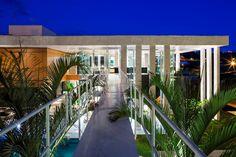 Caixa de vidro integra áreas sociais à piscina em casa no interior de SP