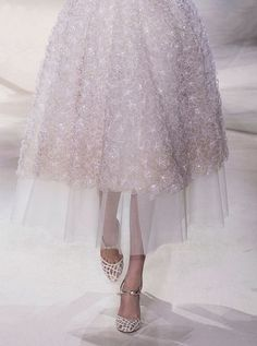 Giambattista Valli Haute Couture Spring 2013 - tulle under a tea length dress to create an illusion of a longer dress Runway Fashion, High Fashion, Fashion Beauty, Womens Fashion, Skirt Fashion, Fashion Fashion, Style Haute Couture, Couture Details, Fashion Details