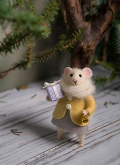 Needle Felted mouse Woolen mouse Mouse with a gift Art Doll Waldorf animal Eco-friendly Filzen Needle Felted Animals, Felt Animals, Needle Felting, Cute Animals, Tiny Gifts, Baby Mobile, Felt Mouse, Small Gift Boxes, Cute Mouse