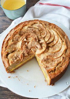 Hogy mi fogott meg ebben az almatortában? Megtetszett, hogy a vaníliakrémmel együtt sül meg + a fehérboros almakompót, ami a közepén figyel.   Almatorta vaníliakrémmel   (12 szelet)   a vaníliakrémhez:   300 ml teljes tej   60 ml desszertbor   1/2 vaníliarúd   110 g kristálycukor   5 db tojássárga   20 g búza... Pound Cake, Apple Pie, Sweet Tooth, Deserts, Cookies, Chocolate, Baking, Food, Crack Crackers